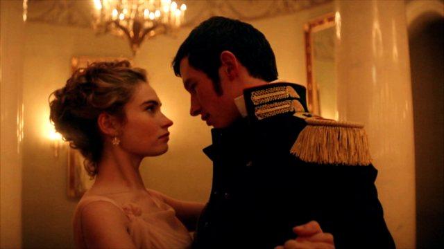 Natasha Rostova (Lily James) tanzt mit Anatol Kuragin (Callum Turner).