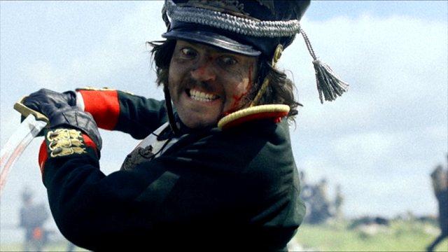 Tom Burke als Fedya Dolokhov im Nahkampf in der Schlacht.