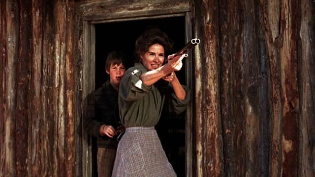 Jon Gries und Joan Hackett als Sohn und Mutter in einer Blockhütte