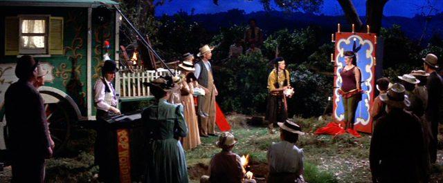 Messerwerfen vor Publikum im Freien, Copyright: MGM, Warner Bros.