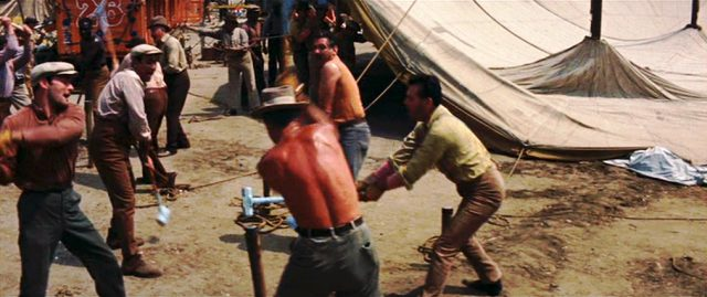 Arbeiter bei der Aufrichtung des Zirkuszelts
