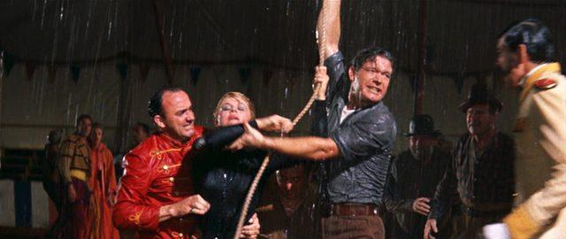 Kitty (Doris Day) und Sam (Stephen Boyd) stehen durchnässt im Zirkuszelt und ringen mit einem Seil