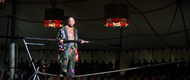 """Jimmy Durante als Zirkusdirektor Anthony """"Pop"""" Wonder, der in der Manege vor Publikum auf einem Seil balanciert"""