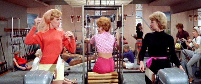 drei Frauen trainieren im Fitness-Studio, Copyright: Warner