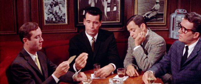 die vier Suburbans Howard (Howard Morris), Fred (James Garner), George (Tony Randall) und Doug (Howard Duff) im Gespräch an einem Tisch in einer Bar, Copyright: Warner