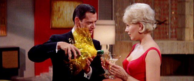George (Tony Randall) schenkt Cathy (Kim Novak) Champagner ein, Copyright: Warner