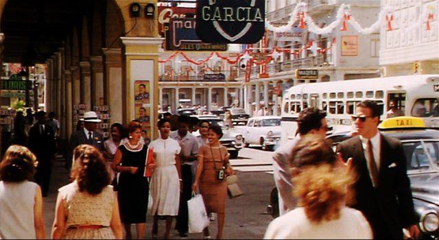 eine belebte Einkaufsstraße in Havanna