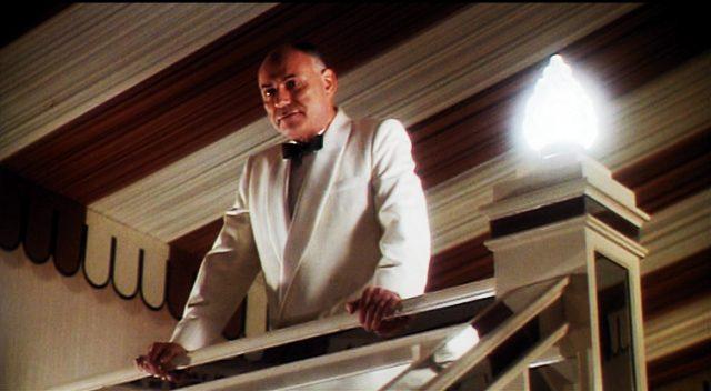 Alan Arkin im weißen Smoking als Casino-Manager Joe Volpi