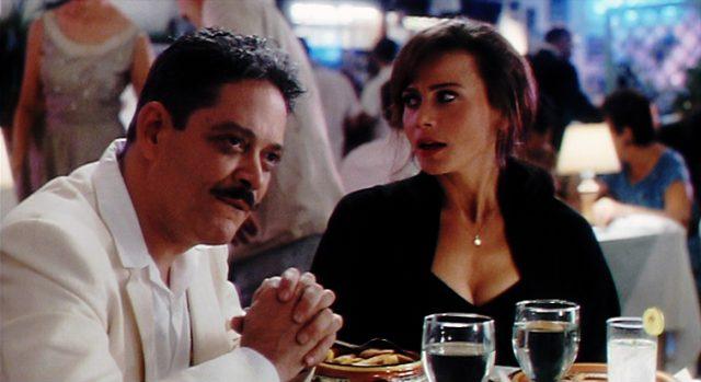 Revolutionär Arturo Duran (Raul Julia) und dessen Frau Roberta (Lena Olin) am Tisch eines edlen Restaurants, Copyright: Mirage Enterprises, Universal
