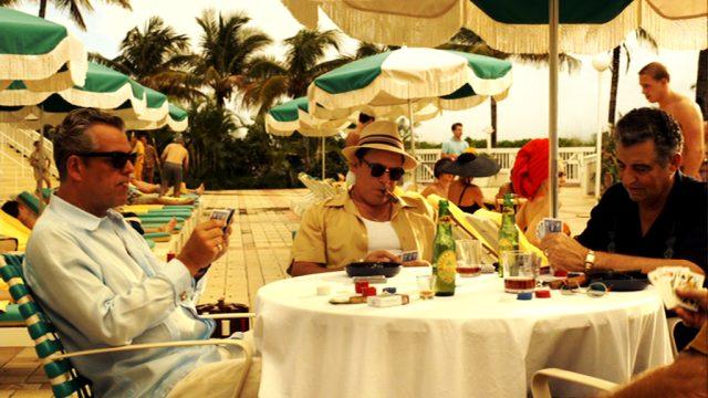 Ben Diamond (Danny Huston) beim Kartenspiel auf der Hotelterrasse, Copyright: Media Talent Group, Starz Entertainment