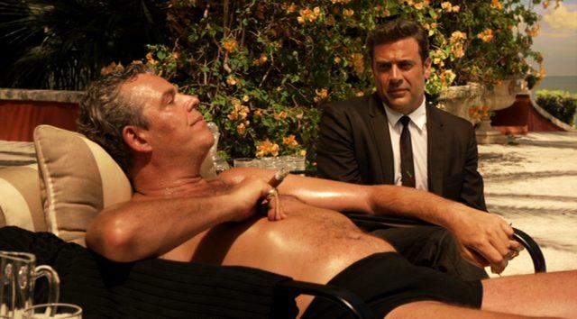 Ben Diamond (Danny Huston) auf einer Liege an seinem Pool, neben ihm Ike Evans (Jeffrey Dean Morgan)