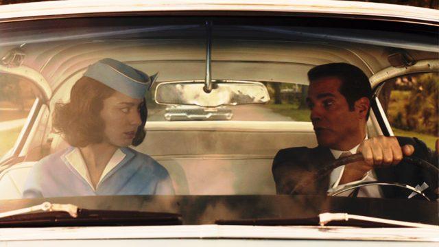 Mercedes und Victor Lazaro (Dominik García-Lorido und Yul Vazquez) während einer Autofahrt