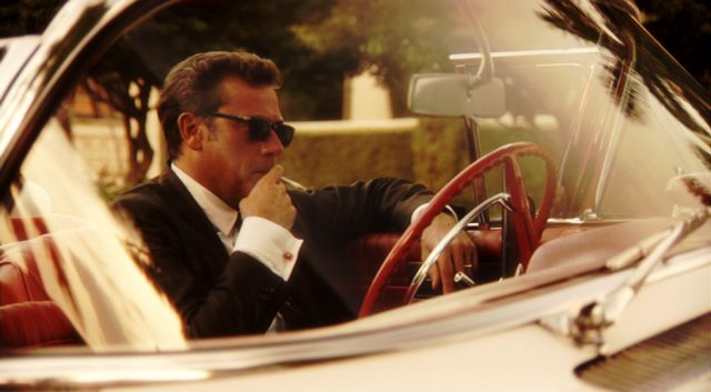 Ike Evans (Jeffrey Dean Morgan) sitzt mit einer Zigarette in seinem Cabrio, Copyright: Media Talent Group, Starz Entertainment