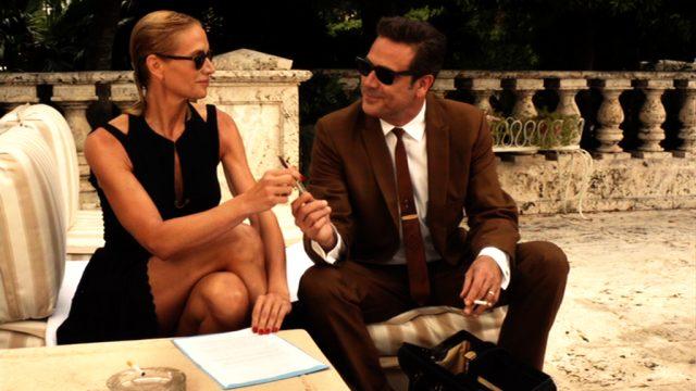 Meg Brannock (Kelly Lynch) bei einer geschäftlichen Besprechung mit Ike Evans (Jeffrey Dean Morgan) auf der neoklassizistischen Terrasse ihres luxuriösen Anwesens, Copyright: Media Talent Group, Starz Entertainment