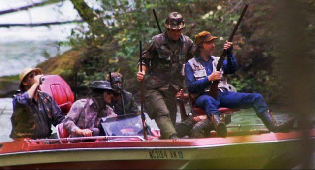 bewaffnete Wilderer auf einem Boot, Copyright: Hemdale, Sagittarius, Orion
