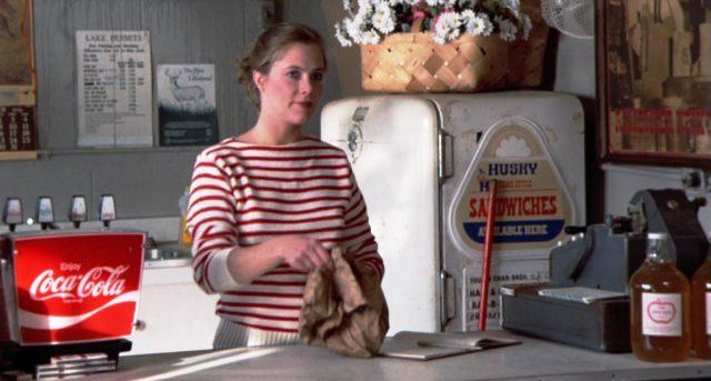 Stella Clayton (Kathleen Turner) hinter der Theke ihres Ladens, Copyright: Hemdale, Sagittarius, Orion