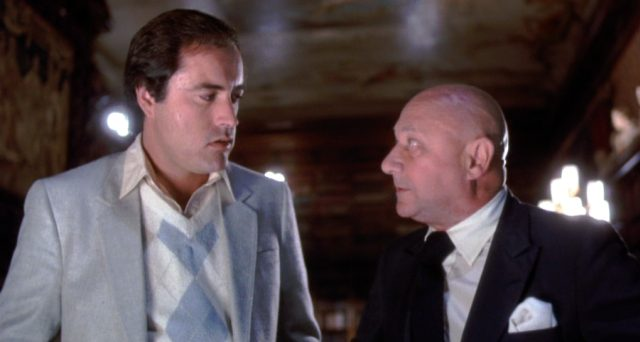 Mike Walker (Powers Boothe) im Gespräch mit J.P. Whittier (Donald Pleasence), Copyright: Hemdale, Sagittarius, Orion