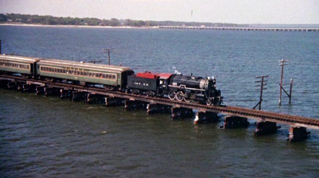 Zug auf einer Brücke