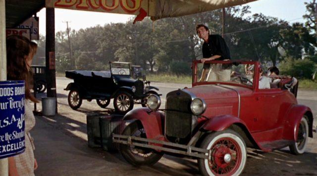 junge Männer in einem roten Ford Model A Cabriolet von 1930