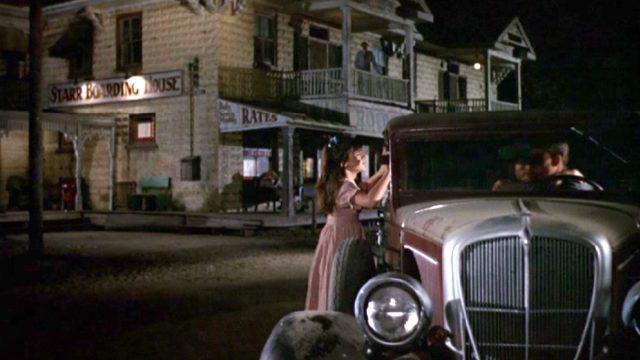 """eine Limousine parkt abends vor dem """"Starr Boarding House"""", Copyright: Paramount"""