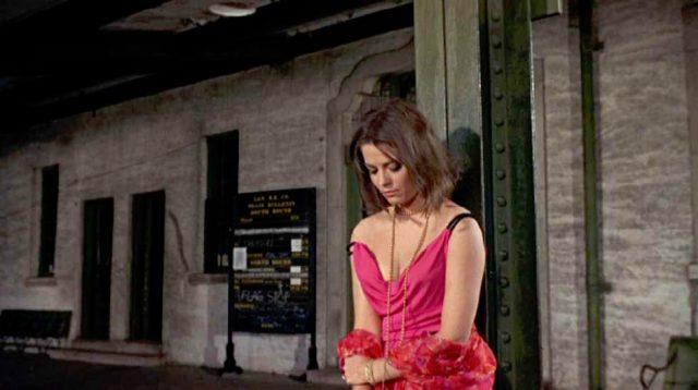 Alva Starr (Natalie Wood) lehnt an einem Stahlträger vor einem Gebäude