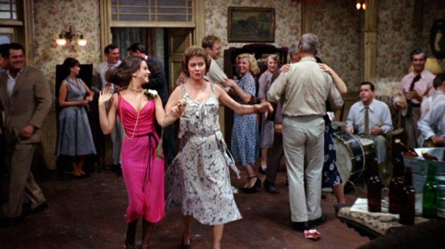 """Alva und ihre Mutter Hazel (Natalie Wood und Kate Reid) tanzen im """"Boarding House"""""""