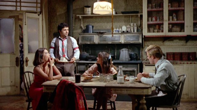 Alva und Willie Starr (Natalie Wood und Mary Badham) am Küchentisch mit Owen Legate (Robert Redford), Copyright: Paramount