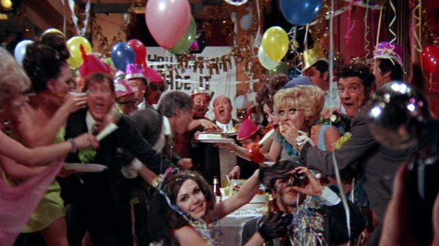 eine rauschende Party mit Girlanden und Luftballons