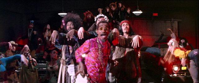 Sammy Davis, Jr. als Big Daddy beim Tanz-Zeremoniell in einer Tiefgarage, Copyright: Universal