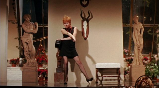 Charity (Shirley MacLaine) tanzt in einem Appartement