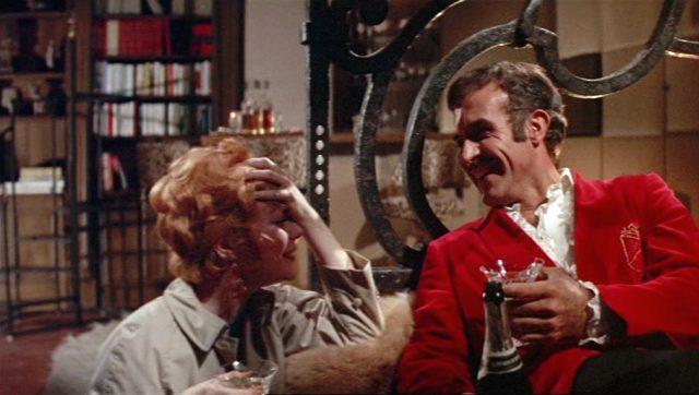 Charity (Shirley MacLaine) und Vittorio (Ricardo Montalban) unterhalten sich angeregt in Vittorios exzentrischem Appartement, Copyright: Universal
