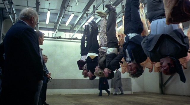 eine Reihe Männer ist an den Beinen aufgehängt