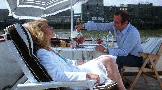 Victoria (Helen Mirren) und Harold (Bob Hoskins) sitzen an Bord ihrer Yacht auf der Themse