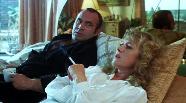 Harold (Bob Hoskins) und Victoria (Helen Mirren) liegen bei Zigarette und Kaffee bequem im Bett, Copyright: HandMade Films