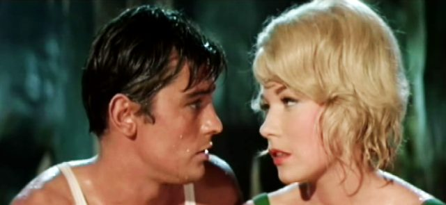 Stefano (Alain Delon) und Mae (Shirley MacLaine) blicken einander romantisch an