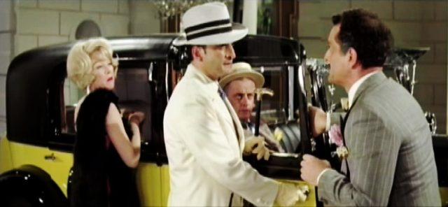 Mae Jenkins (Shirley MacLaine) und Paolo Maltese (George C. Scott) beim Kauf des gelben Rolls-Royce in einem italienischen Autosalon