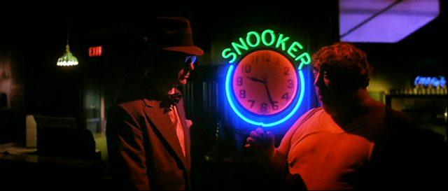 Leslie C. Tucker (Michael Caine) im Gespräch mit einem Mann in einer dunklen Bar