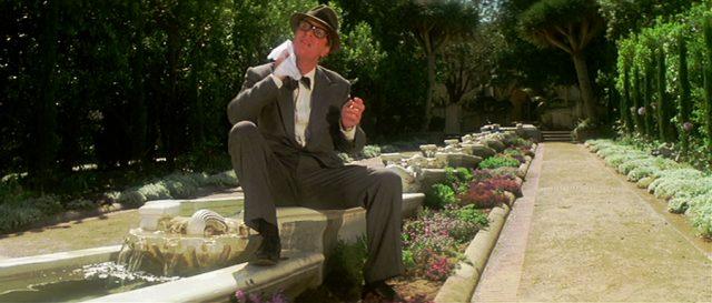 Privatdetektiv Leslie C. Tucker (Michael Caine) wischt sich mit einem Taschentuch den Schweiß vom Hals