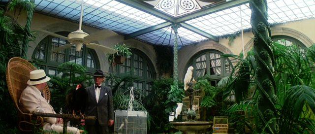 Leslie C. Tucker (Michael Caine) in einer Luxusvilla