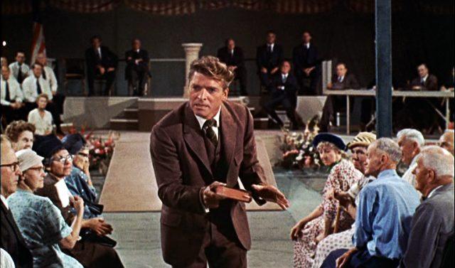 Elmer Gantry (Burt Lancaster) zwischen seinem Auditorium mit einer Bibel in der Hand