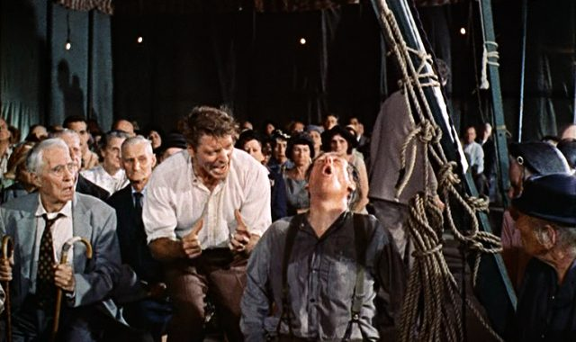 Elmer Gantry (Burt Lancaster) animiert einen Mann im Predigtzelt