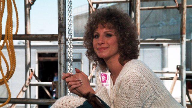 Barbra Streisand als Esther Hoffman auf Hintergrund der Bühne während eines John-Norman-Howard-Konzerts
