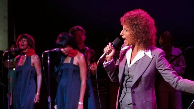Esther Hoffman (Barbra Streisand) bei einem Bühnenauftritt