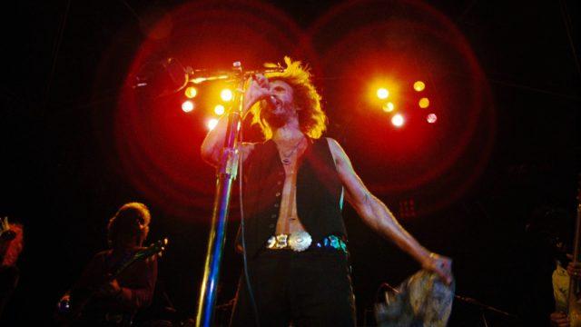 John Norman Howard (Kris Kristofferson) bei einem Konzert auf der Bühne am Mikrofon, Copyright: Warner Bros.