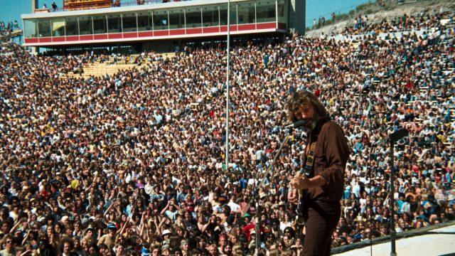 John Norman Howard (Kris Kristofferson) auf der Bühne während seines Konzerts in einem vollbesetzten Stadion, Copyright: Warner Bros.