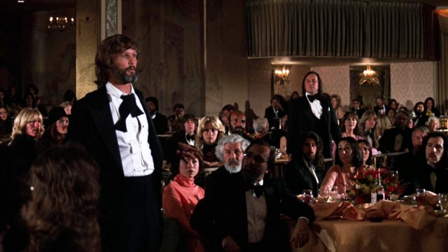 John Norman Howard (Kris Kristofferson) betrunken auf einer glamourösen Preisverleihung