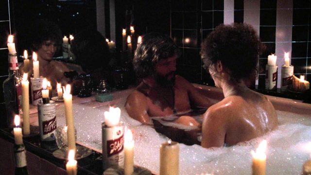 John Norman Howard (Kris Kristofferson) und Esther Hoffman (Barbra Streisand) in romantischer Atmosphäre im Schaumbad