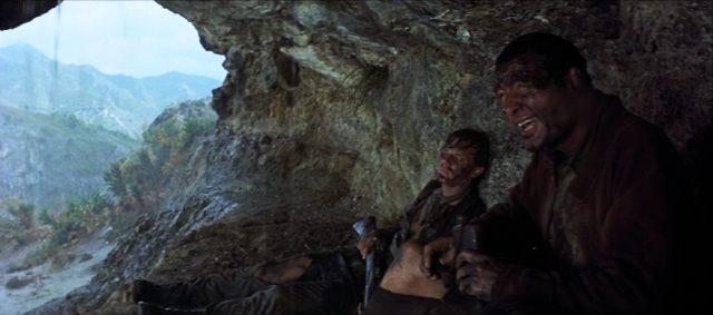 die beiden verdreckten Männer rasten in einer Höhle in den Bergen
