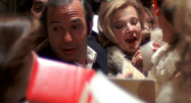 Manny Victor (Ben Gazzara) und Myrtle Gordon (Gena Rowlands) inmitten einer Menschentraube, Copyright: Faces Distribution Comp.