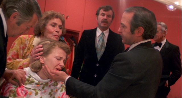 Myrtle Gordon (Gena Rowlands) leidet im Beisein ihrer Assistenten und des Regisseurs betrunken in der Garderobe
